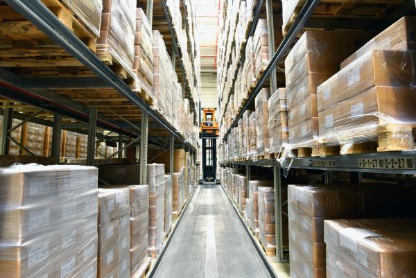 Warenlager mit Hochregalen in einer Gewerbeimmobilie fuer Logistik