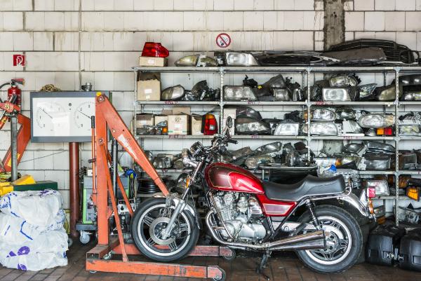 Motorrad vor Ersatzteillager in alter Kfz-Werkstatt