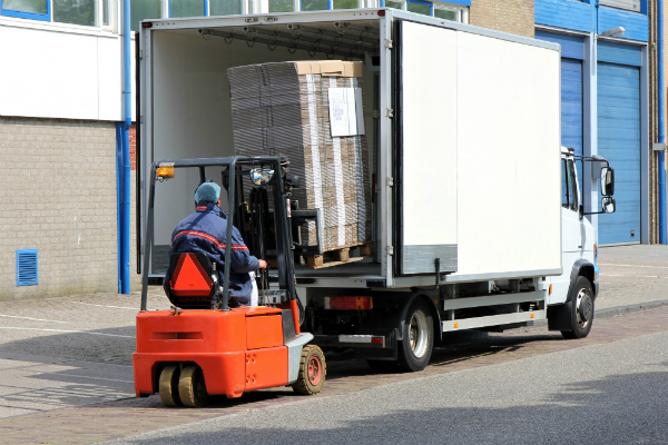 Be- und Entladung eines Lieferwagens