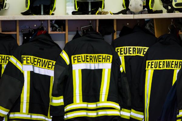 Jacken und Helme der Freiwilligen Feuerwehr