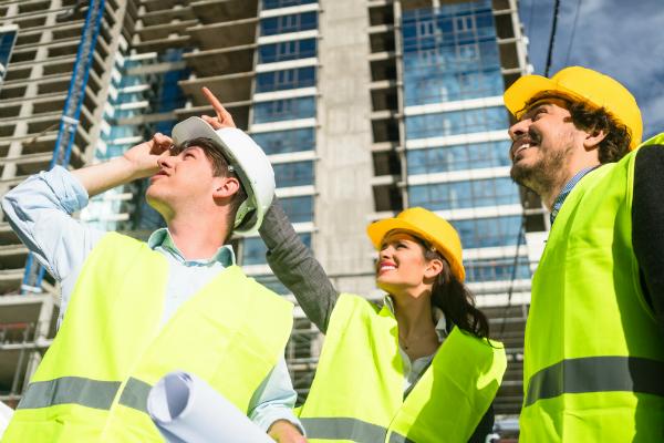 Team von Architekten und Bauingenieuren bei der Inspektion einer Baustelle