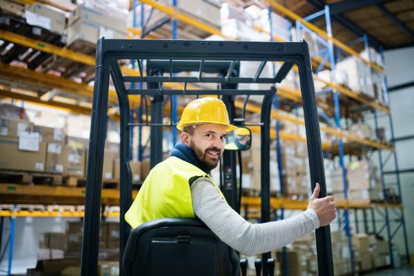 Die richtige Sicherheitskleidung und ein wenig Rücksicht auf andere Mitarbeiter sorgen für mehr Sicherheit