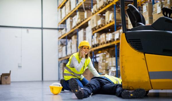 Im Warenlager besteht durch verschiedene Faktoren ein moderates Verletzungsrisiko