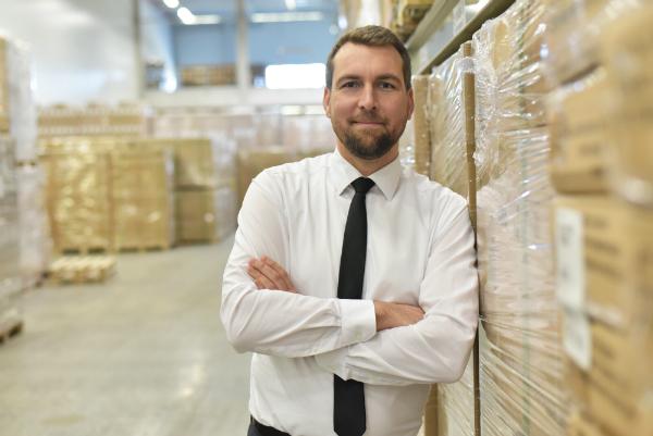 Unternehmer im Warenlager einer Spedition