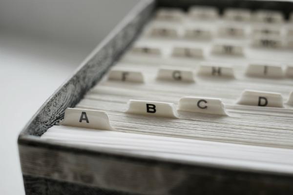 Unterlagen nach dem Alphabet sortiert